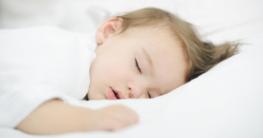 Baby schläft im Babybett