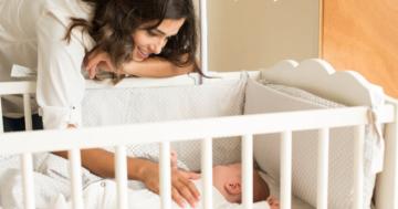 Baby im Gitterbett